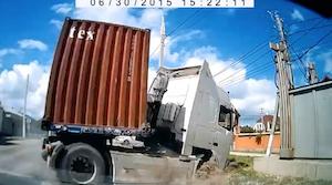 無理な追い越しをしたトラックとの衝突事故