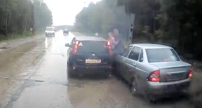 突進する車から子供を守った男