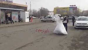 純白ドレスで修羅場なカップル