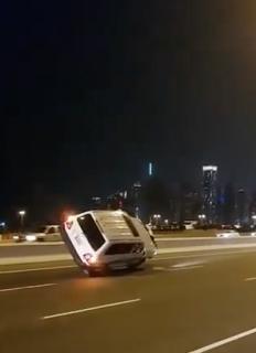 公道であり得ない片輪走行をする車