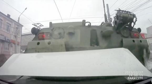 怖すぎる後退する装甲車