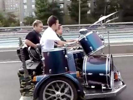 バイクの上でバンド演奏