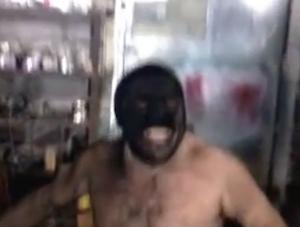 煤が吹き出て顔が真っ黒になってしまった男性