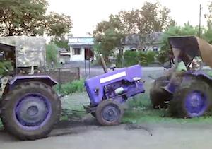 トラクターを泥沼から引き出そうとして失敗