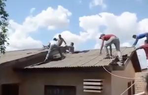 ボロボロ屋根上の珍逃走劇