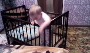 賢すぎる赤ちゃんのベッド脱出作戦