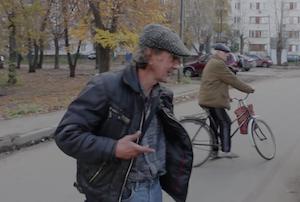突然背後から現れる自転車男
