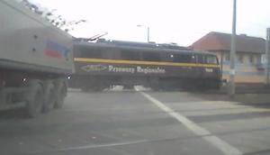 危機一髪!電車をギリギリかわすトラック