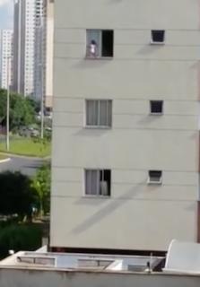 アパート高層階の外で遊ぶ子供