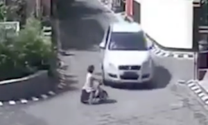 車にひかれるも元気に立ち上がる少女