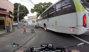 バスにひかれるも無事だったバイク乗り