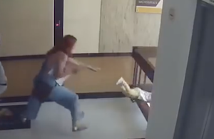 階段の柵の間から落下した赤ちゃんをミラクルキャッチする母親