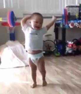 重量挙げのモノマネが上手すぎる赤ちゃん