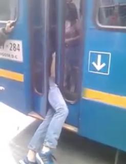 バスのドアに挟まっちゃった盗人