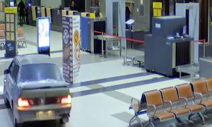 空港内を車で逃走
