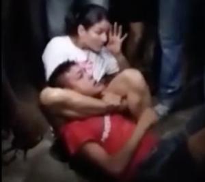 盗人を絞め技で取り押さえた女性レスラー