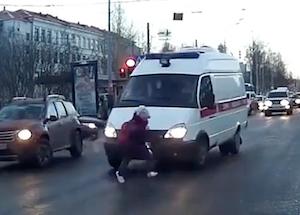 無謀な横断で救急車にひかれそうになる子供
