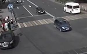 ハンドブレーキが甘くて通行人を直撃する車