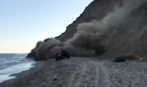 ビーチを走行中に突然の土砂崩れ