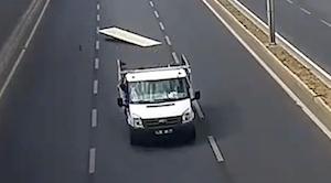 走行中の車の荷台から積荷ごと落ちてしまった男