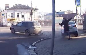 事故の反動で歩道に突っ込むもギリギリ回避した歩行者