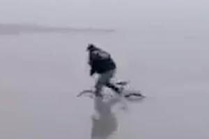 凍った川の上で自転車に乗るとこうなる