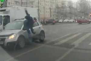急いで横断歩道を渡って事故に遭う男