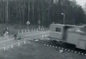 線路に倒れた人をギリギリ救助する瞬間