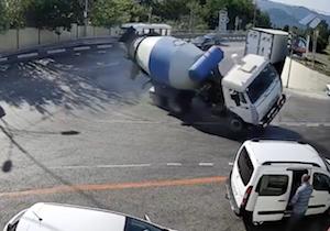 コンクリート車転倒の影響で顔面強打する男