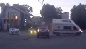 事故で転倒しかける救急車