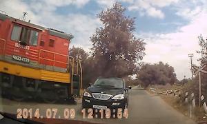 踏切なしの線路を無理矢理進んで電車と衝突しかける車
