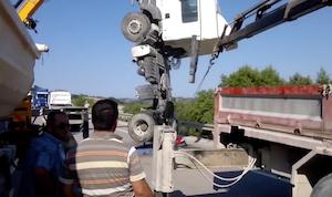 2台のクレーンで器用にトラック吊り上げ