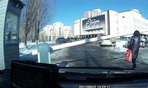 駐車場のゲートに気付かず顔面強打する女性