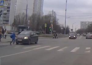 赤信号無視の車が歩行者をはねる