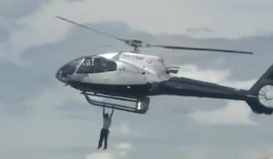 ヘリコプターに捕まって飛んで行ってしまった男