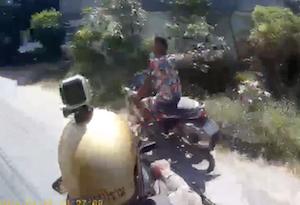 細い路地を逃げ回るバイク