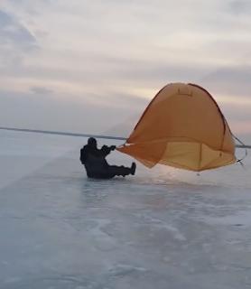 強風だったので凍った湖で遊んでみた