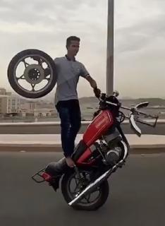 タイヤひとつでウィリーしながら走るバイク