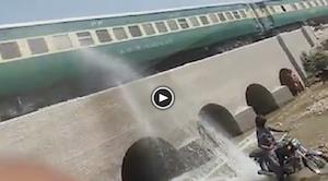 走行中の電車にバイクの後輪を使って水をかける最低男