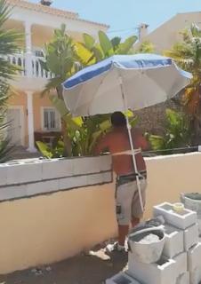 ハンズフリーな日除け傘