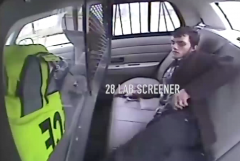 衝撃でパトカーから車外に投げ出された男