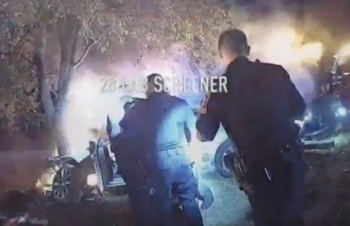 燃える車から運転手救出の瞬間