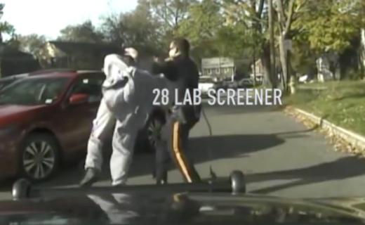 警察が質問中に急発進する車