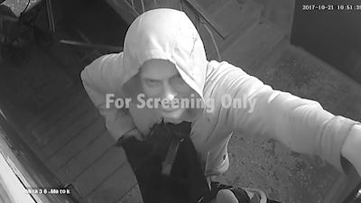 監視カメラに自ら顔をさらけ出した男