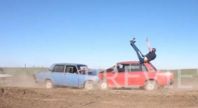 車をジャンプで避けようとして失敗