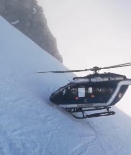 雪山斜面でのベテランヘリコプター救助