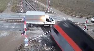 踏切に突っ込んで電車にひかれる車