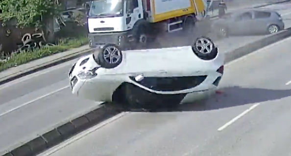 後方不注意が原因で車がひっくり返る大事故発生