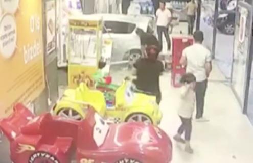 子どもが誤って車を発進させお店を破壊