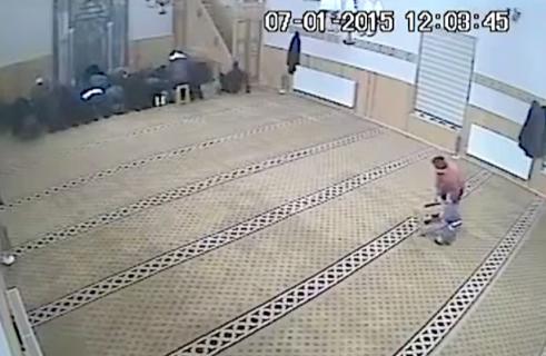 モスクでイタズラをする男の子